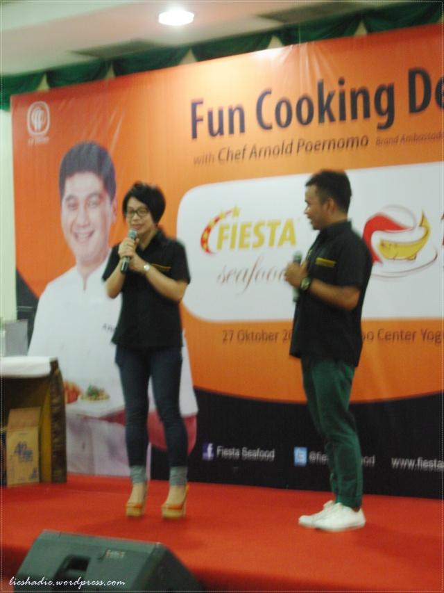 Ibu Ana dari Fiesta seafood sama Mas MC nya lagi menerangkan produk Fiesta seafood